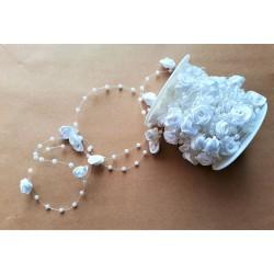 Korálková šnůra s bílými růžičkami